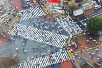 Aerial view of crowds crossing the famous Shibuya Crossing crosswalks at the centre of Shibuya's fashionable shopping and entert 20025366094  写真素材・ストックフォト・画像・イラスト素材 アマナイメージズ
