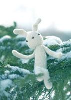 木の上のウサギの編みぐるみ