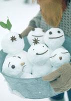 バケツの中の雪だるま 20027000076| 写真素材・ストックフォト・画像・イラスト素材|アマナイメージズ