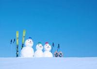 雪原に並んだ雪だるま 20027000103A| 写真素材・ストックフォト・画像・イラスト素材|アマナイメージズ