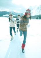 雪原を駆ける3人の若者 20027000134| 写真素材・ストックフォト・画像・イラスト素材|アマナイメージズ