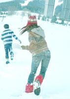 雪合戦をしている2人の若者
