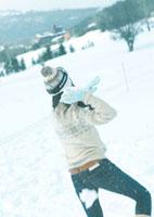 雪玉を構える女性