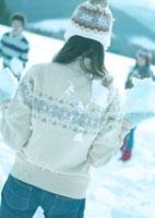 雪玉を構える女性の背中