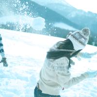 雪合戦をしている2人の若者 20027000152| 写真素材・ストックフォト・画像・イラスト素材|アマナイメージズ