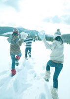 雪合戦をしている3人の若者
