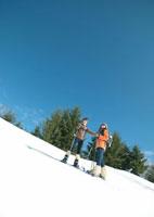 雪原に立つ2人の若者 20027000161| 写真素材・ストックフォト・画像・イラスト素材|アマナイメージズ