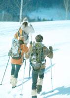 雪原をゆく3人の若者 20027000167| 写真素材・ストックフォト・画像・イラスト素材|アマナイメージズ