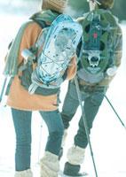 スノーシューを担ぐ2人の若者