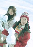 雪玉を持つ2人の女性