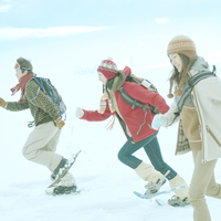 雪原を駆ける3人の若者