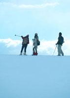 雪原に立つ3人の若者