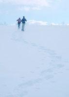 雪原をゆく2人の若者 20027000207| 写真素材・ストックフォト・画像・イラスト素材|アマナイメージズ