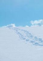 雪原の足跡と青空