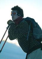 雪原に立つ男性