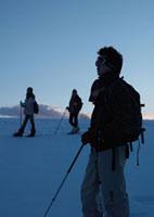 雪原をゆく3人の若者 20027000228| 写真素材・ストックフォト・画像・イラスト素材|アマナイメージズ