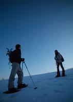 雪原をゆく2人の若者 20027000230| 写真素材・ストックフォト・画像・イラスト素材|アマナイメージズ