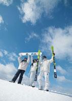 雪原に立つ3人の若者 20027000233| 写真素材・ストックフォト・画像・イラスト素材|アマナイメージズ