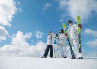 雪原に立つ3人の若者 20027000234| 写真素材・ストックフォト・画像・イラスト素材|アマナイメージズ