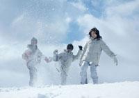 雪を蹴る3人の若者