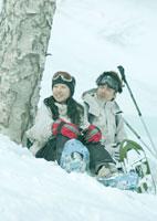 雪原に座っている男女