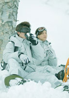 雪原でお茶を飲む男女 20027000243| 写真素材・ストックフォト・画像・イラスト素材|アマナイメージズ