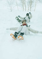 雪原を滑り降りる2人の若者