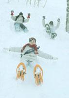 雪原を滑り降りる3人の若者
