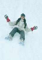 雪原を滑り降りる女性