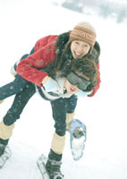 女性を担ぐ男性 20027000252| 写真素材・ストックフォト・画像・イラスト素材|アマナイメージズ