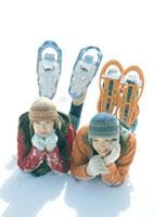 雪原に寝転ぶ2人の女性