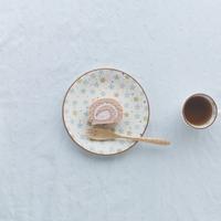 イチゴのロールケーキとコーヒー