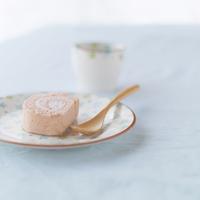 イチゴのロールケーキとカップ