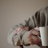 コーヒーカップを持つ男性の手元 20027000328| 写真素材・ストックフォト・画像・イラスト素材|アマナイメージズ