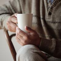 コーヒーカップを持つ男性の手元 20027000329A| 写真素材・ストックフォト・画像・イラスト素材|アマナイメージズ