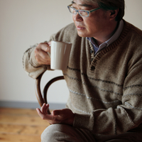 椅子に座ってコーヒーを飲む男性 20027000330| 写真素材・ストックフォト・画像・イラスト素材|アマナイメージズ