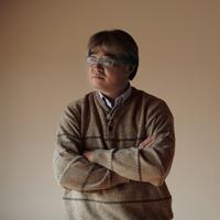 遠くを眺める中高年の男性 20027000331| 写真素材・ストックフォト・画像・イラスト素材|アマナイメージズ