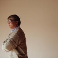 遠くを眺める中高年の男性 20027000332| 写真素材・ストックフォト・画像・イラスト素材|アマナイメージズ