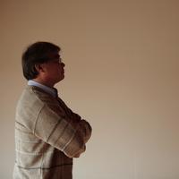 遠くを眺める中高年の男性 20027000333| 写真素材・ストックフォト・画像・イラスト素材|アマナイメージズ