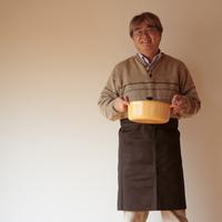 鍋を持って立つ中高年の男性 20027000341| 写真素材・ストックフォト・画像・イラスト素材|アマナイメージズ