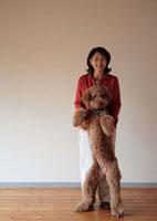 犬と一緒に立つ女性 20027000351| 写真素材・ストックフォト・画像・イラスト素材|アマナイメージズ
