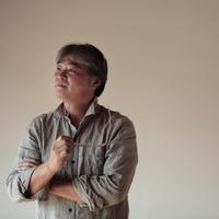 眼鏡を外す中高年の男性 20027000354| 写真素材・ストックフォト・画像・イラスト素材|アマナイメージズ