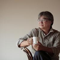 カップを持ち遠くを眺める中高年の男性 20027000357| 写真素材・ストックフォト・画像・イラスト素材|アマナイメージズ