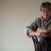 椅子に座り本を読む中高年の男性 20027000360| 写真素材・ストックフォト・画像・イラスト素材|アマナイメージズ