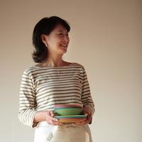 食器を持つ中高年の女性