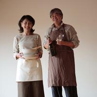 食事の支度をする中高年の夫婦 20027000365A| 写真素材・ストックフォト・画像・イラスト素材|アマナイメージズ