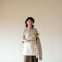 食事の支度をする中高年の女性 20027000366| 写真素材・ストックフォト・画像・イラスト素材|アマナイメージズ