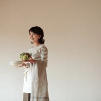 食事の支度をする中高年の女性 20027000367| 写真素材・ストックフォト・画像・イラスト素材|アマナイメージズ