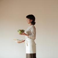 食事の支度をする中高年の女性