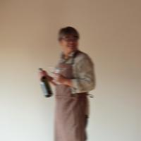 グラスとボトルを持つ中高年の男性 20027000370| 写真素材・ストックフォト・画像・イラスト素材|アマナイメージズ